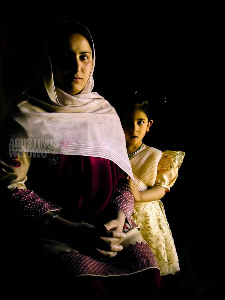 pakistan-2006-kashmir-earthquake-mother-daughter