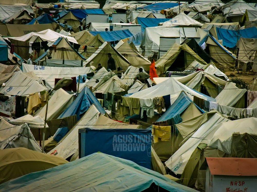 pakistan-2006-kashmir-earthquake-muzaffarabad-sea-of-tents