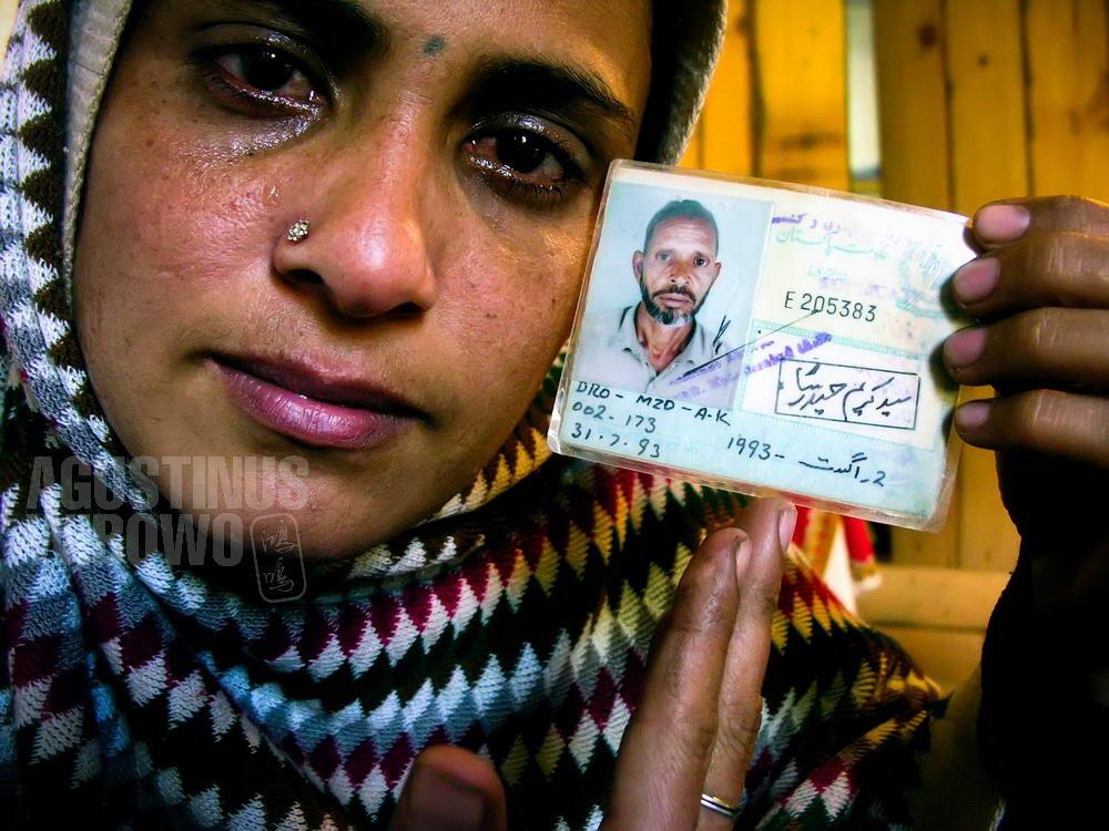 pakistan-2006-kashmir-earthquake-woman-crying-father-photo