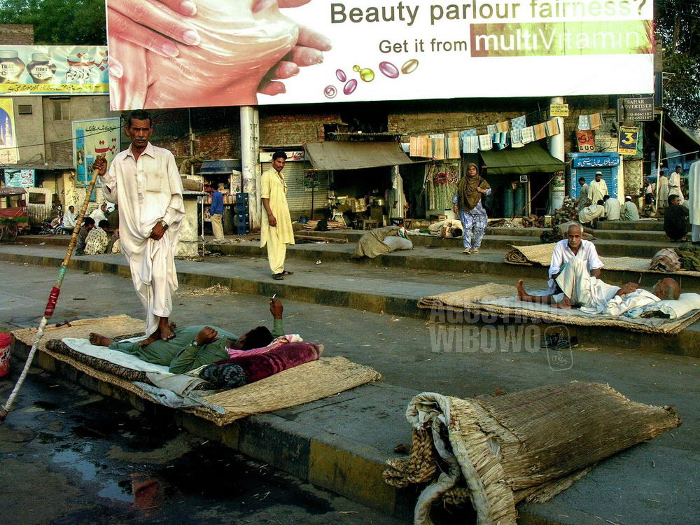 pakistan-2006-lahore-street-massage-sleeping