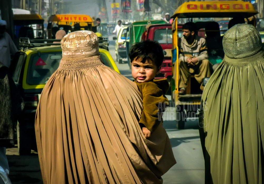 pakistan-2006-multan-woman-burqa-street-baby