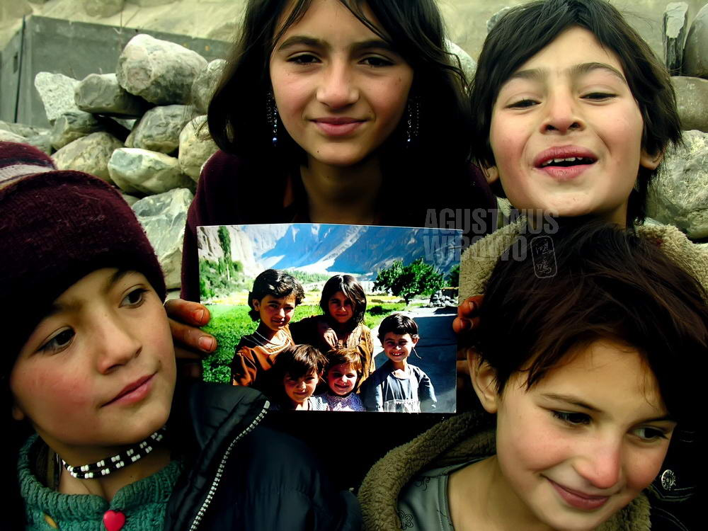 pakistan-2006-northern-areas-girls-memory-photo