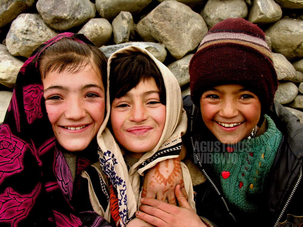 pakistan-2006-northern-areas-sust-girls-smile-henna