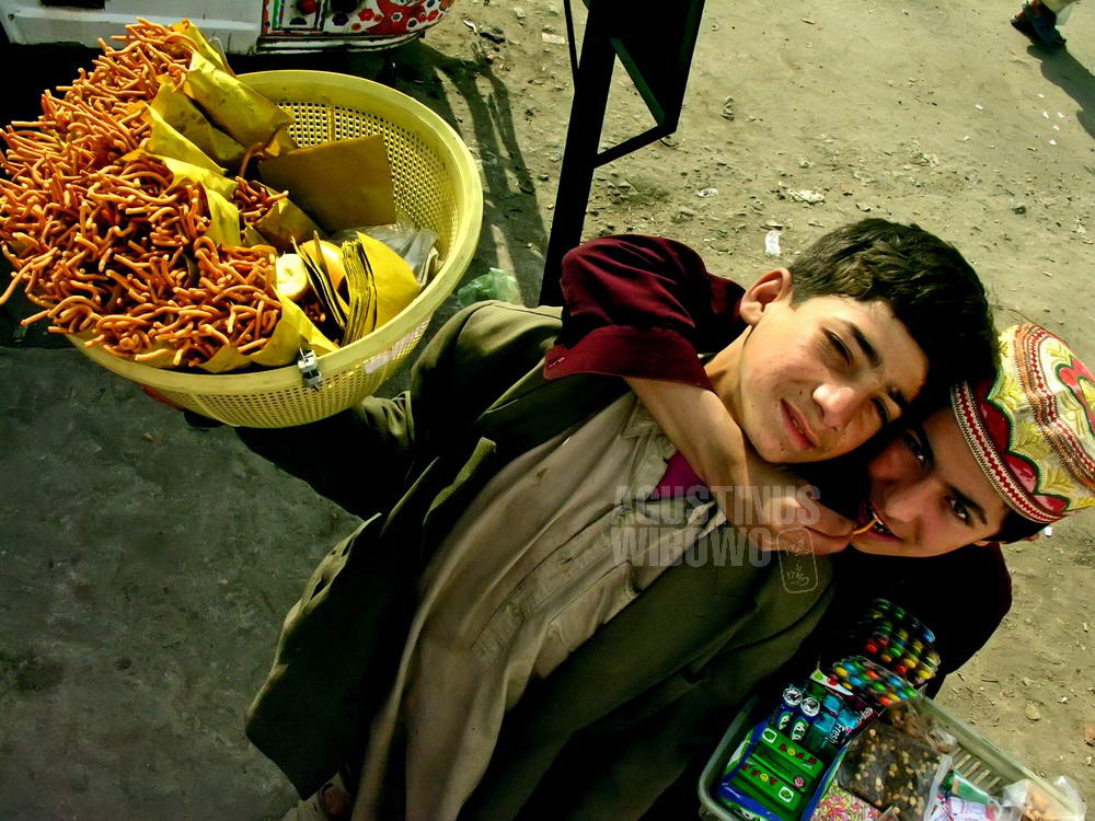 pakistan-2006-punjab-young-boys-street-hawkers-bus-station