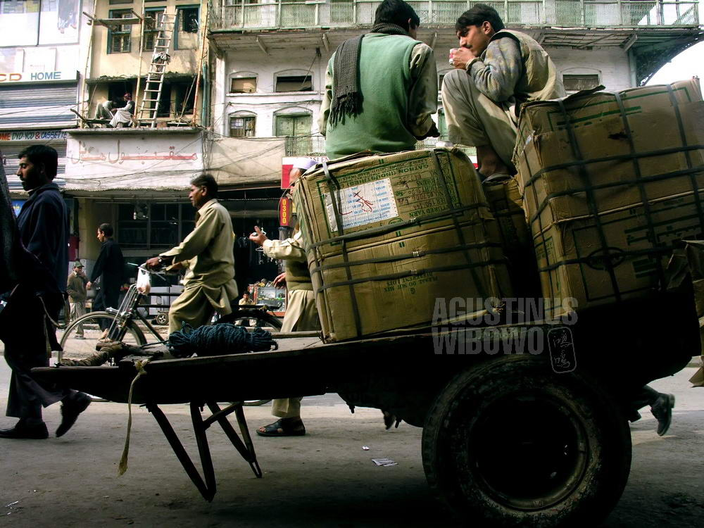 pakistan-2006-rawalpindi-street-men-chart-tea-drinking
