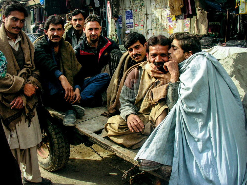 pakistan-2006-rawalpindi-street-men-kissing