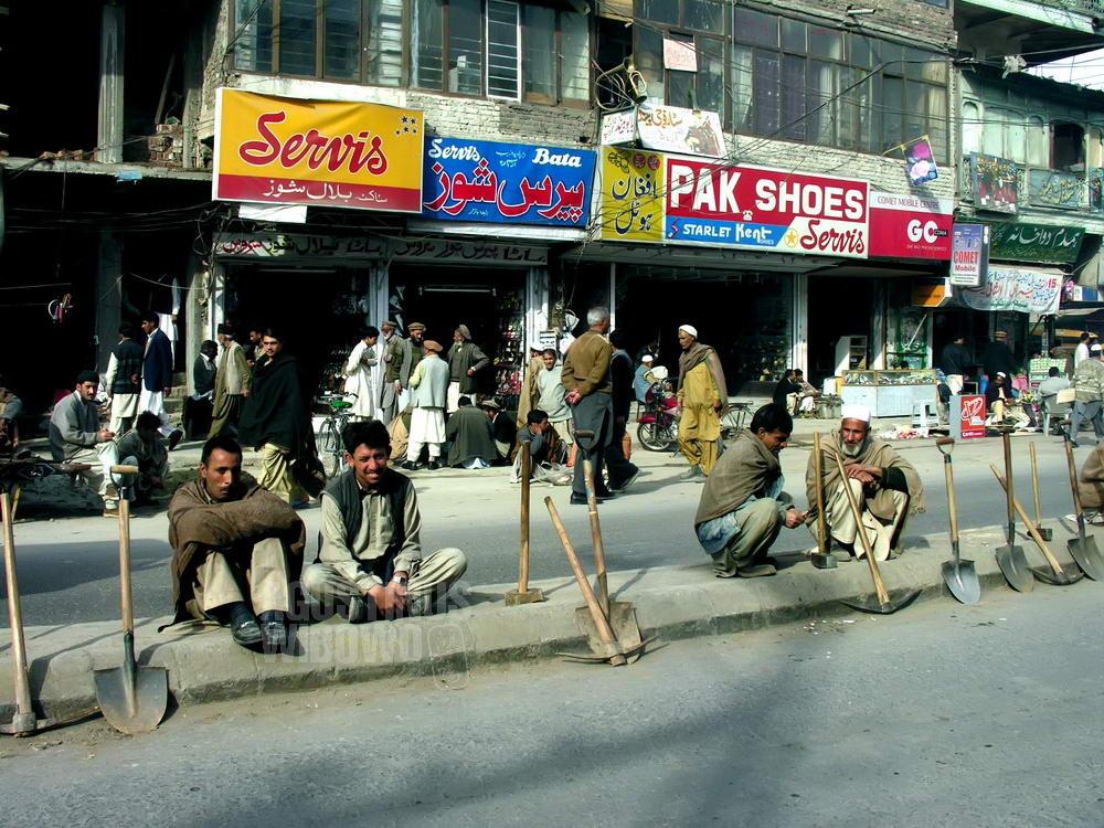 pakistan-2006-rawalpindi-street-men-waiting-work
