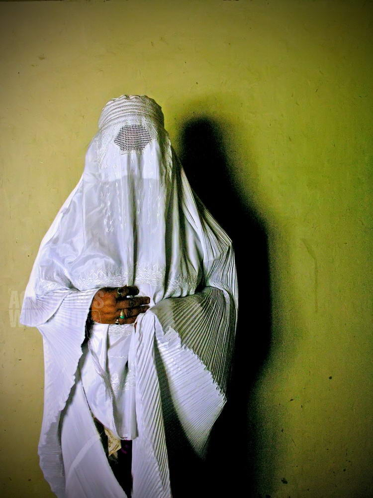 pakistan-2006-wakhan-corridor-woman-burqa-white