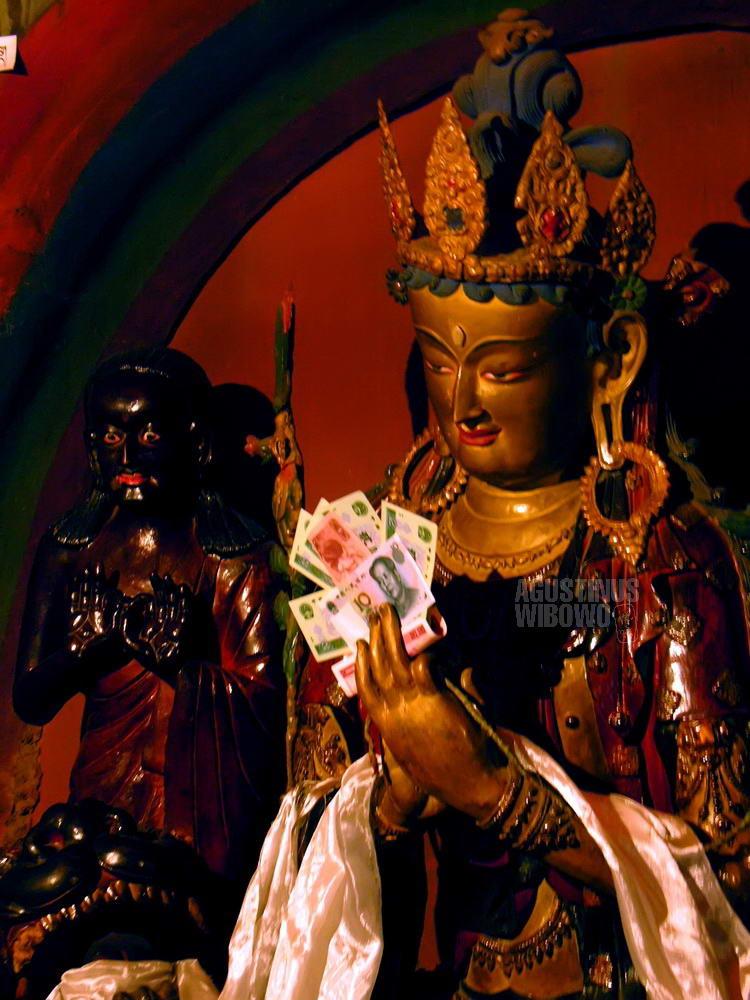 tibet-2005-gyantse-buddhist-statue-money-mao-renminbi