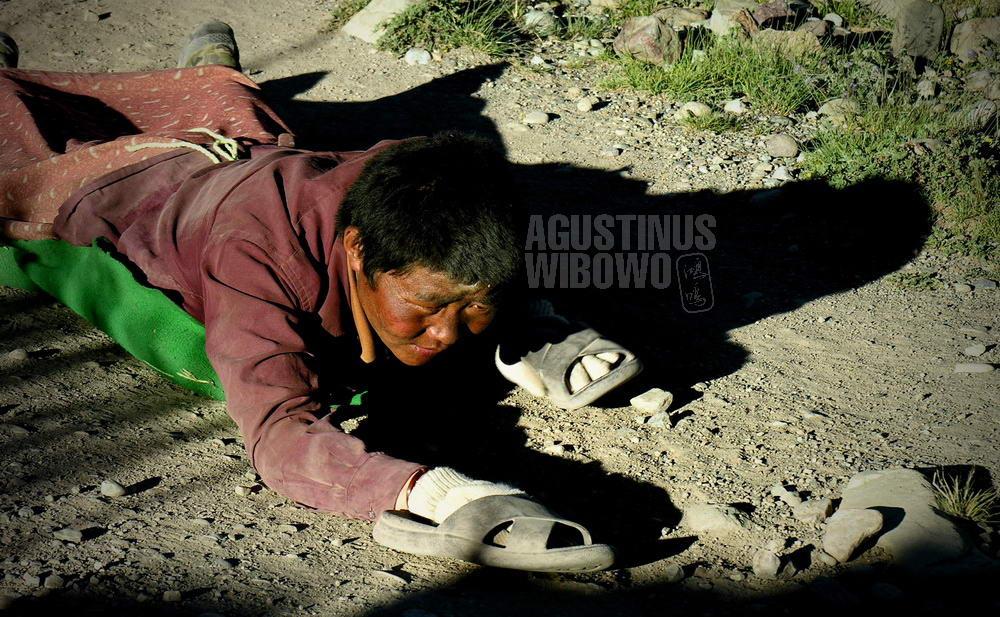 tibet-2005-kailash-pilgrimage-pilgrims-kora-crawl