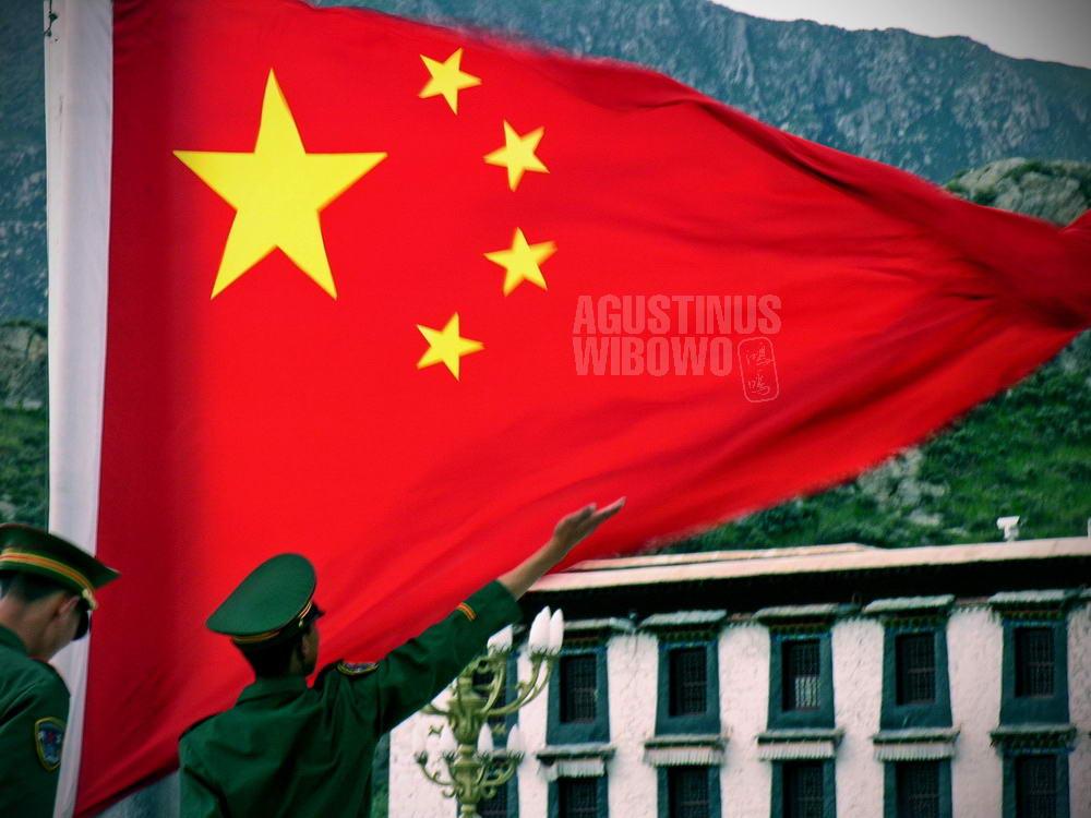 tibet-2005-lhasa-china-flag-army