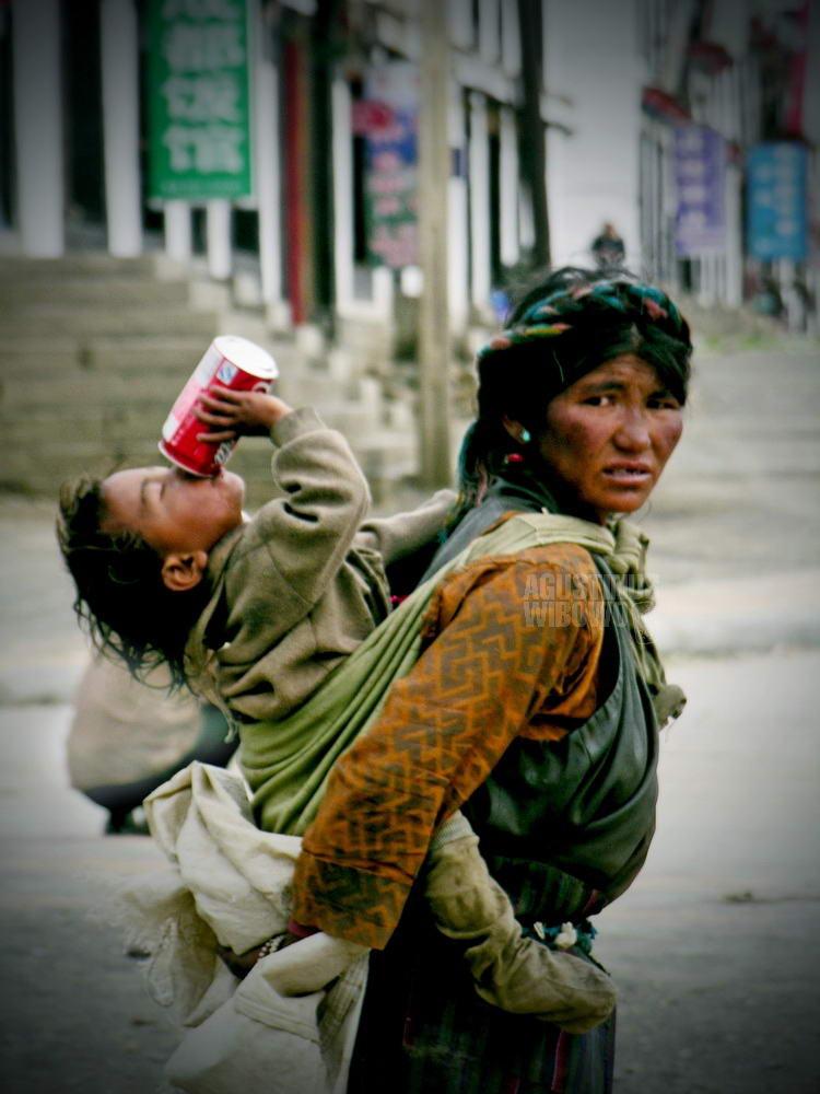 tibet-2005-shegar-beggar-women-boy-coca-cola