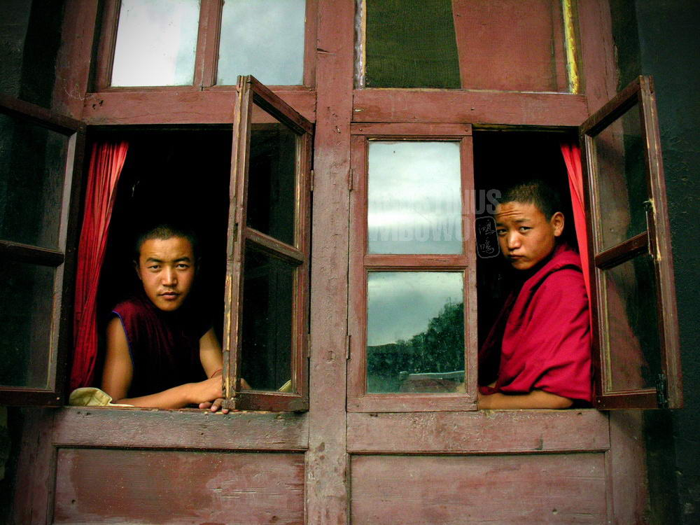 tibet-2005-shigatse-monk-window