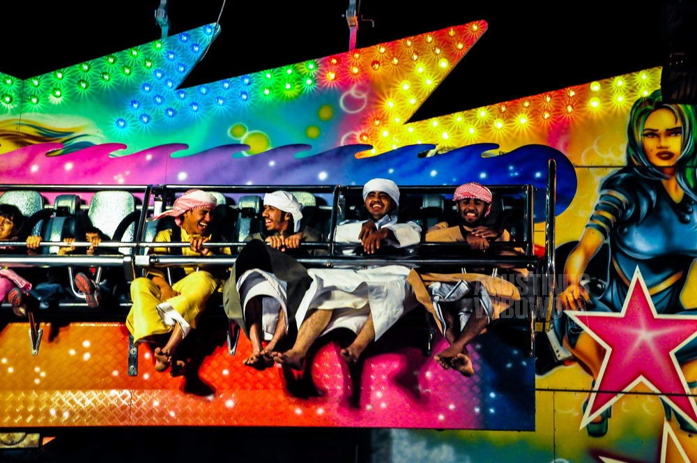 uae-2009-dubai-arab-men-having-fun-fair