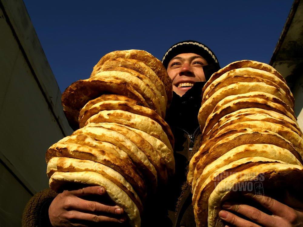 uzbekistan-2007-ferghana-man-nan-bread-happy-smile