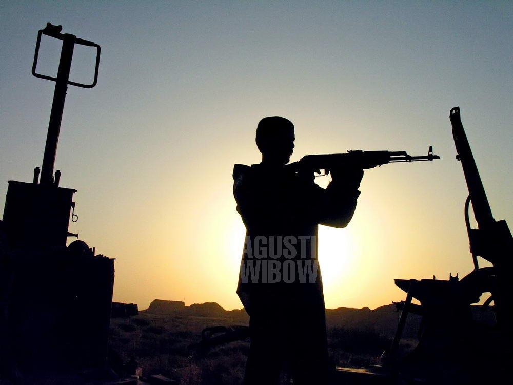 afghanistan-2006-kunduz-soldier-silhouette-gun-weapon-field