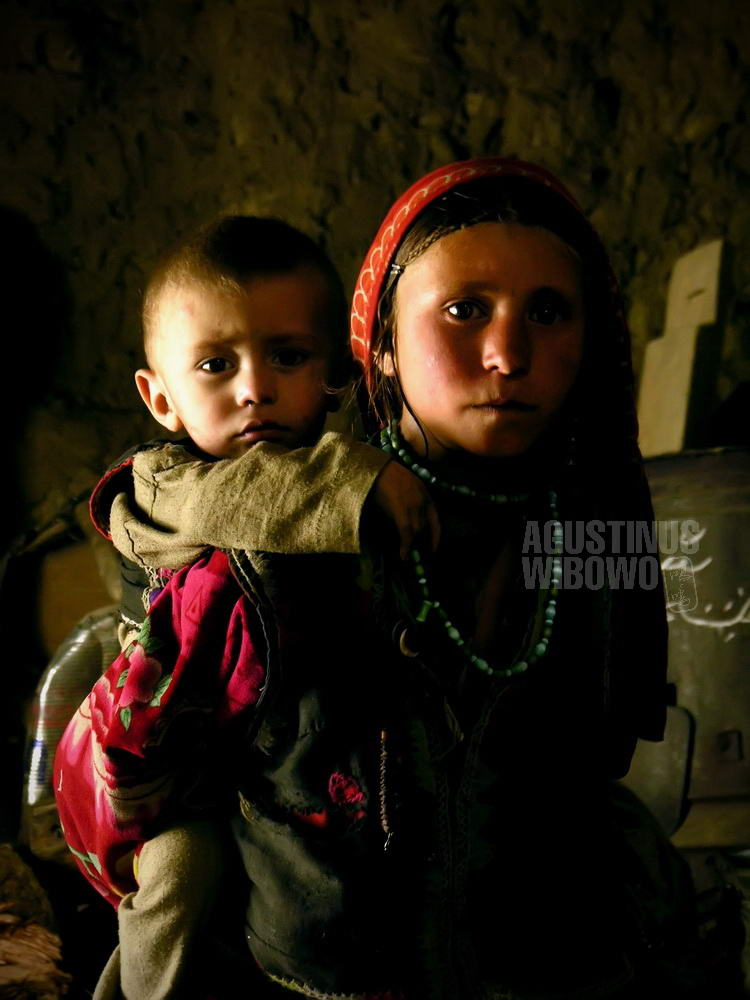 afghanistan-2006-wakhan-corridor-girl-carrying-baby