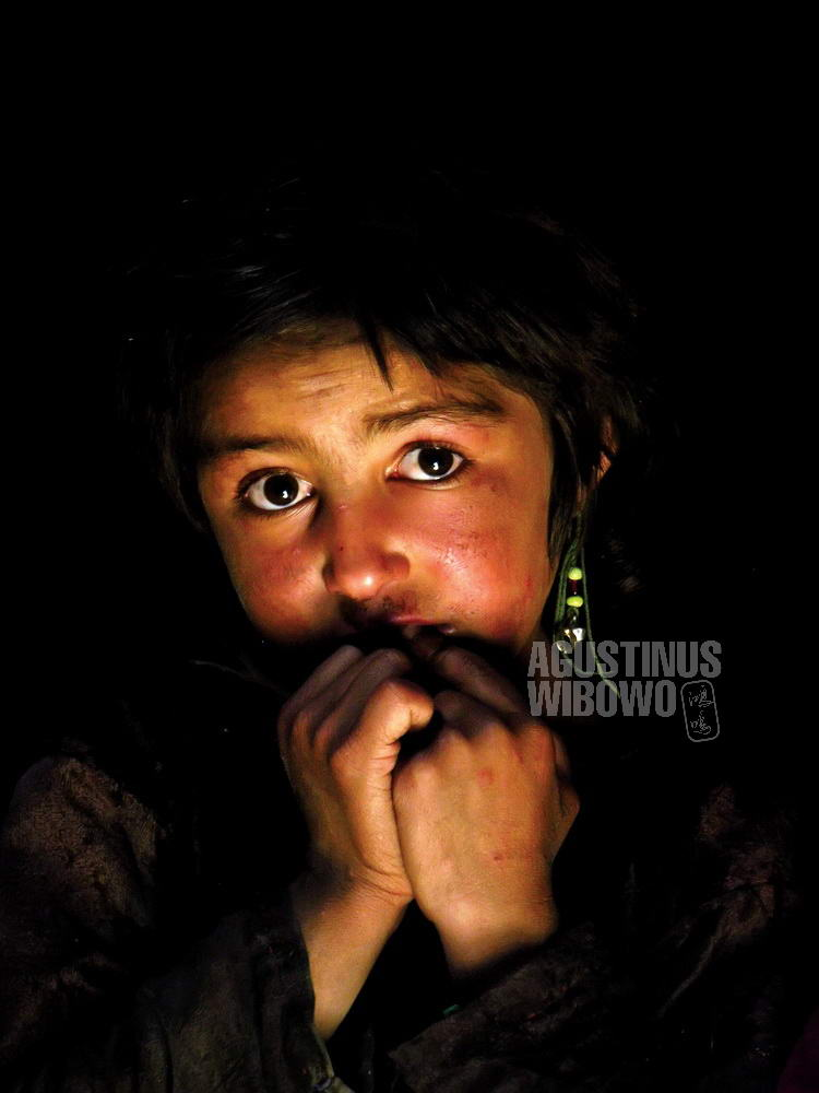 afghanistan-2006-wakhan-corridor-girl-portait-dark-nozik-fear_1