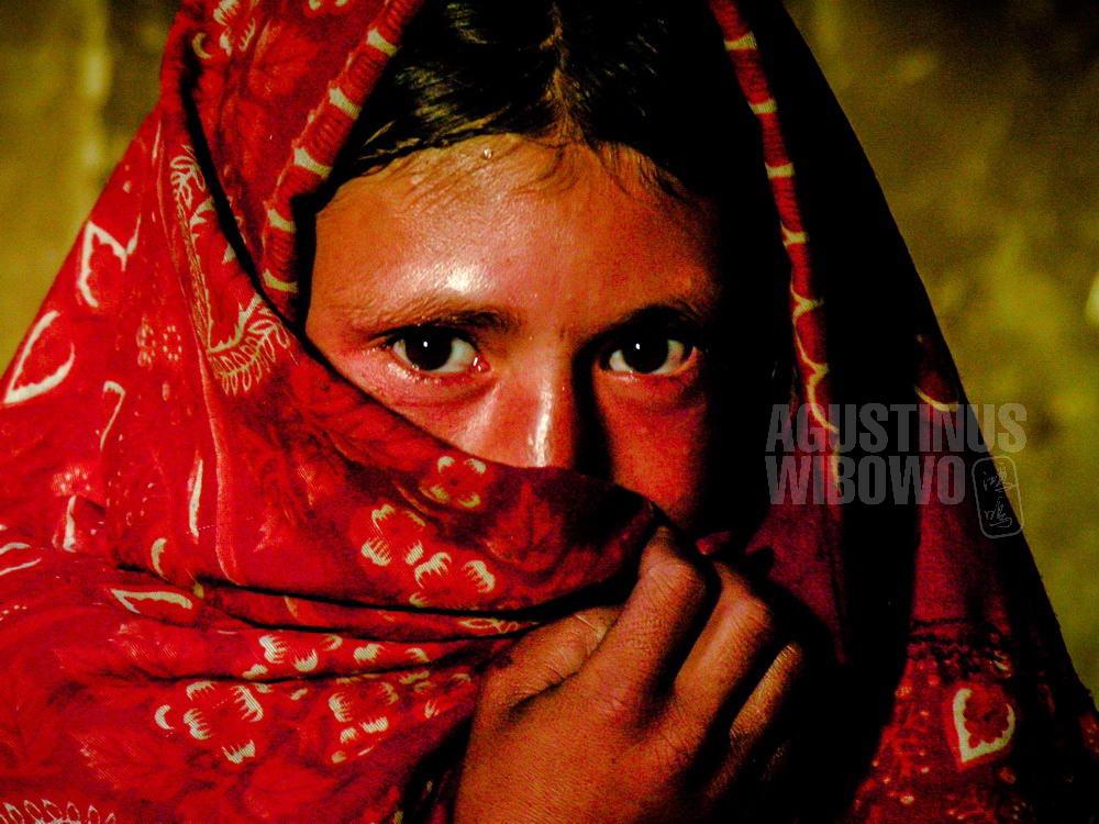 afghanistan-2006-wakhan-corridor-girl-red-veil-portrait