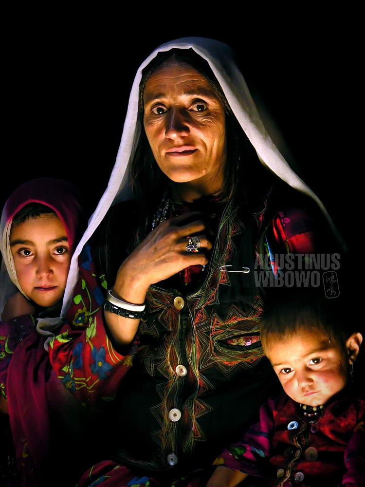afghanistan-2006-wakhan-corridor-woman-children-family-shadow-indoor