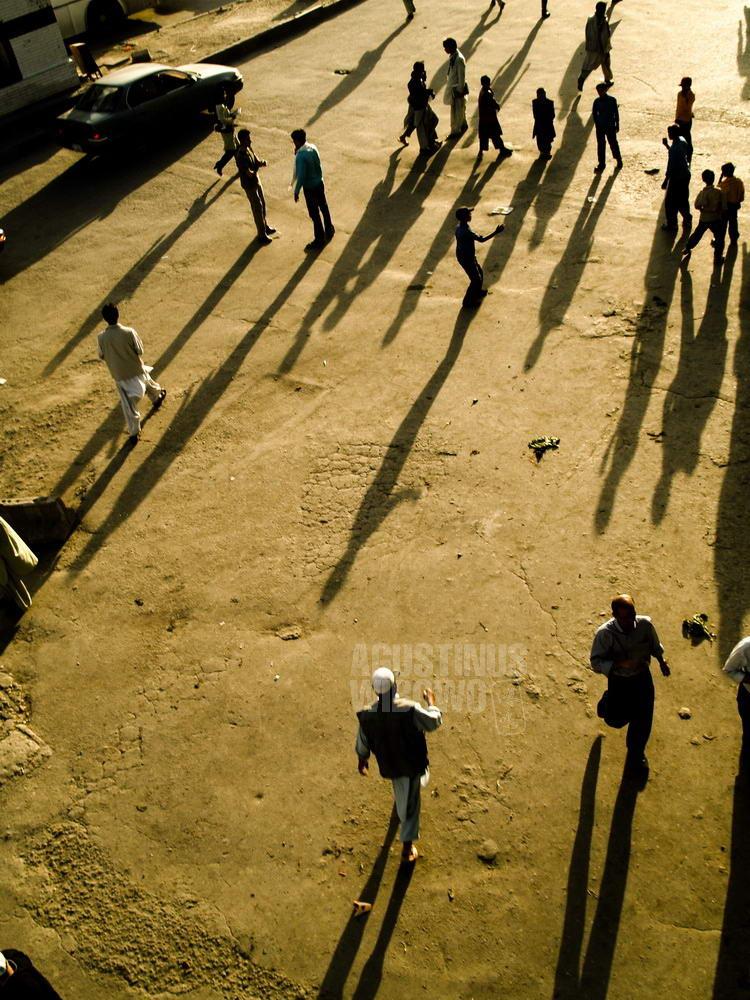 afghanistan-2007-kabul-people-walking-street-sunset