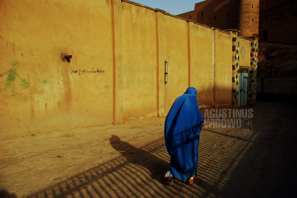 afghanistan-2008-herat-woman-sunset-burqa-fort