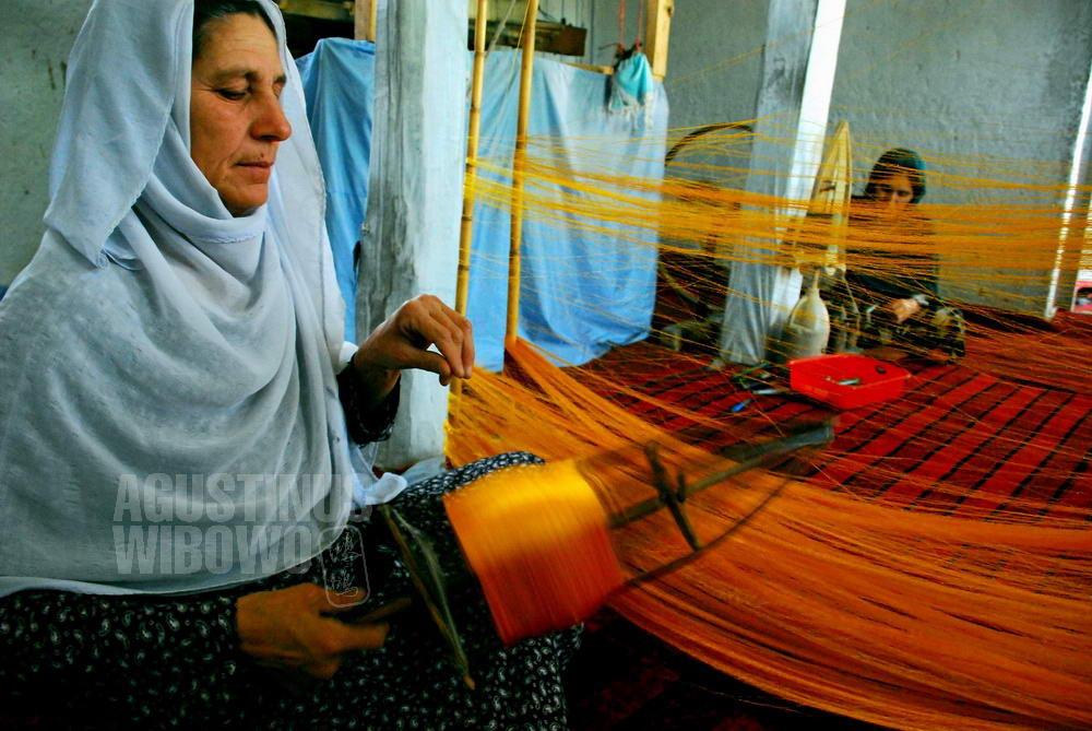 afghanistan-2008-kabul-women-silk-factory-spin