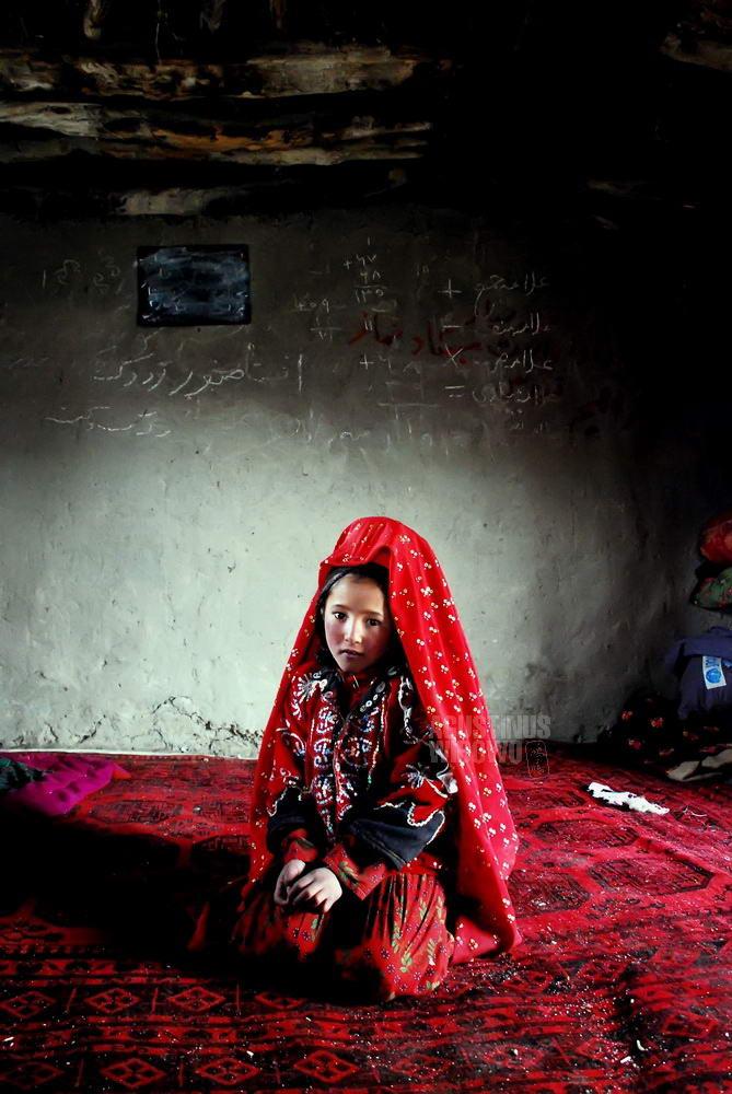 afghanistan-2008-pamir-girl-in-school
