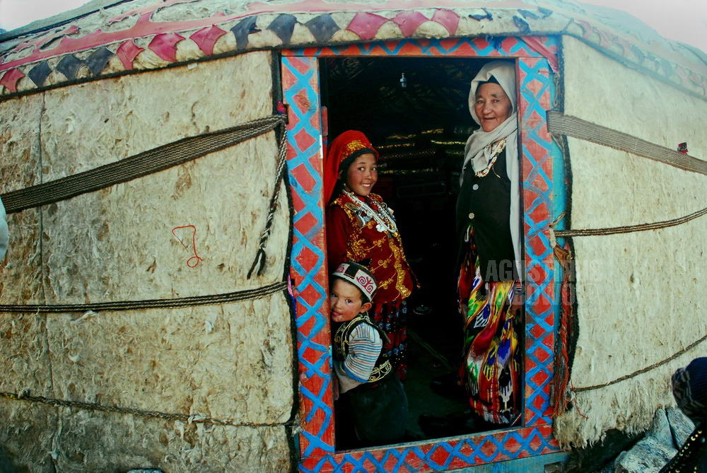 afghanistan-2008-pamir-kirghiz-family-yurt
