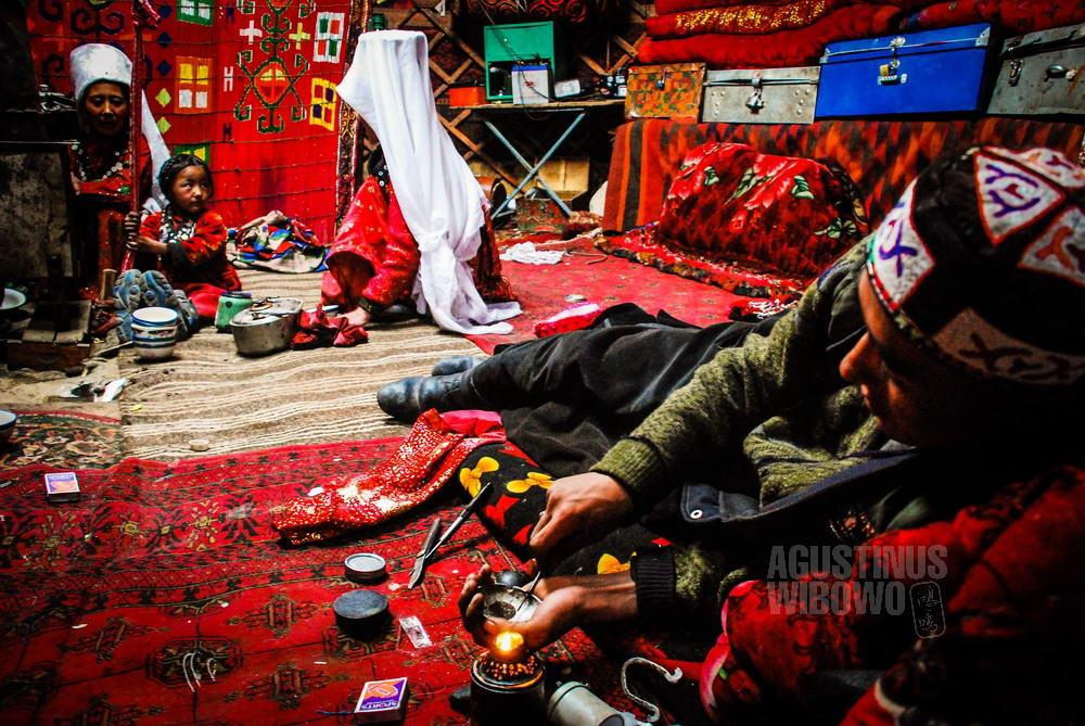afghanistan-2008-pamir-man-smoke-opium-yurt-family