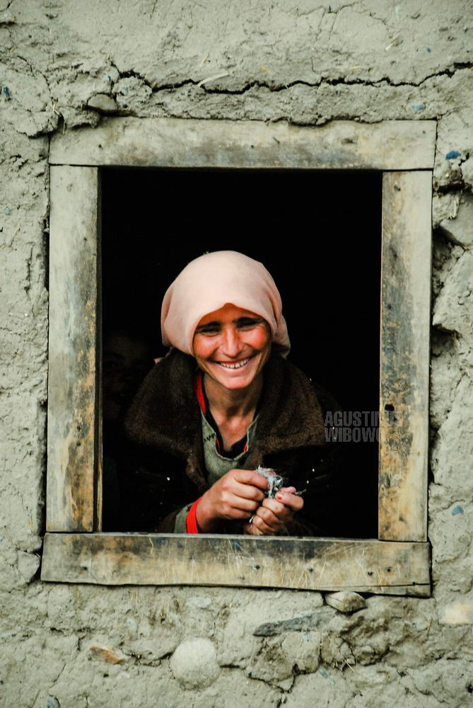afghanistan-2008-wakhan-woman-smiling-window-frame