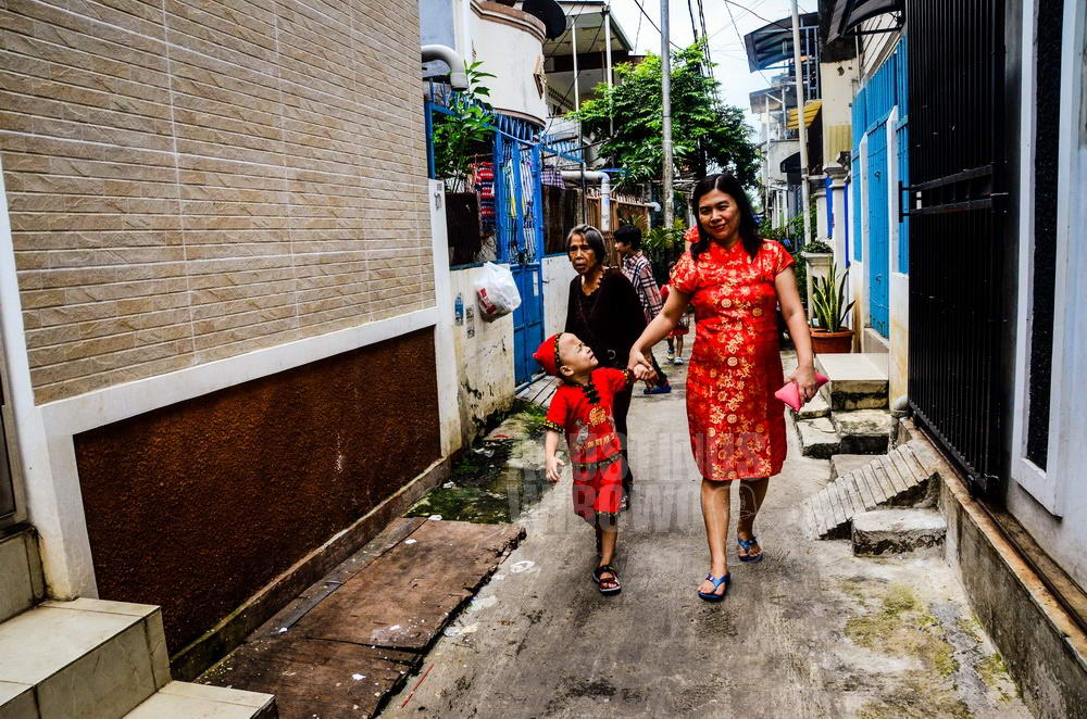 indonesia-2014-jakarta-chinese-new-year-alley-kid-mother