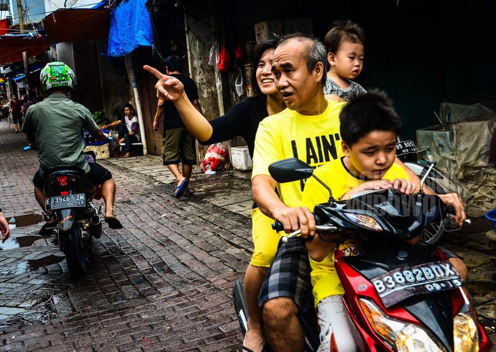 indonesia-2014-jakarta-chinese-new-year-petak-sembilan-family-motorcycle