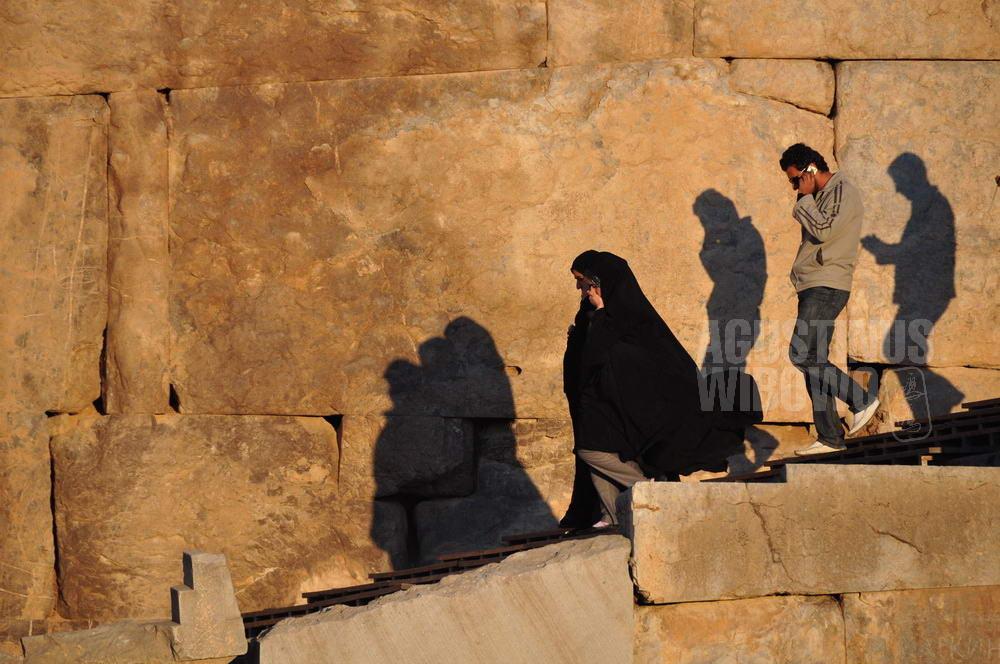 iran-2009-shiraz-persepolis-man-women-chador-shadow-phone