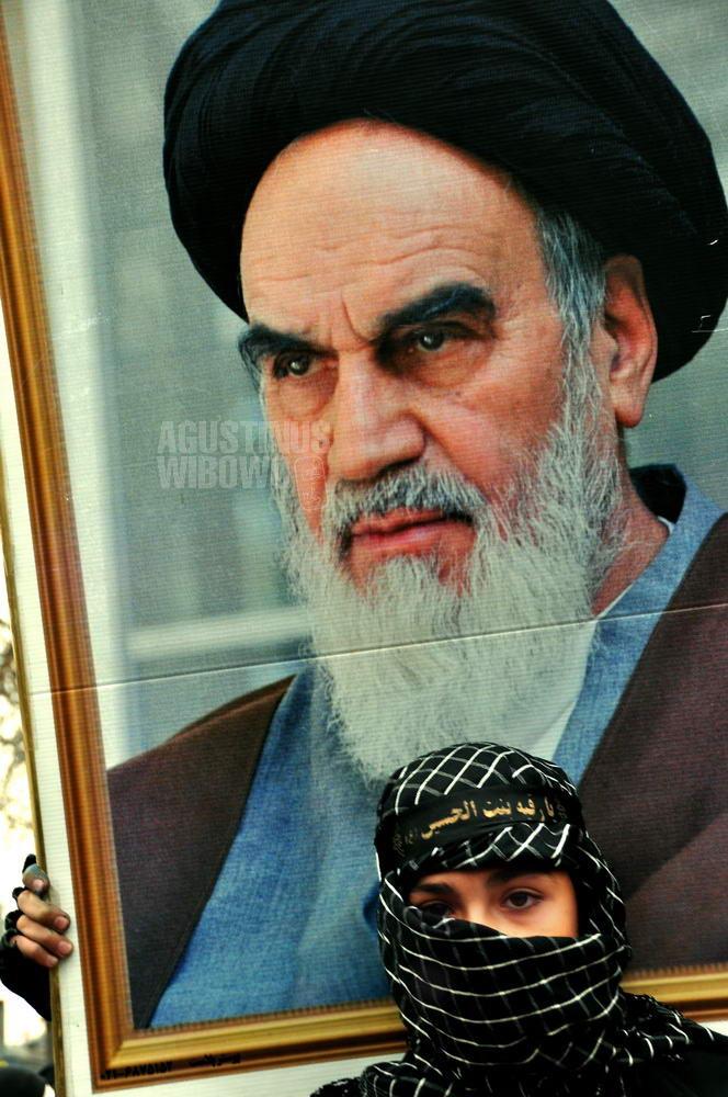 iran-2009-tehran-boy-khomeini-poster