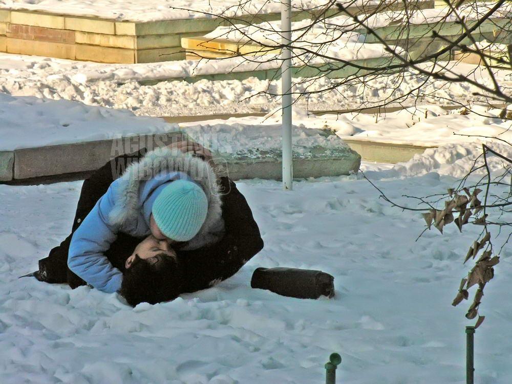 kazakhstan-2006-almaty-boy-girl-kissing-snow