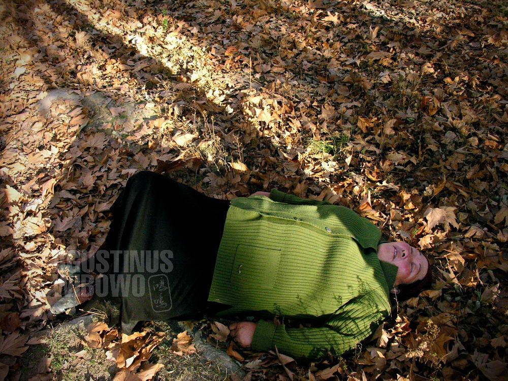 kyrgyzstan-2006-toktogul-drunk-woman-lay-leaves-vodka
