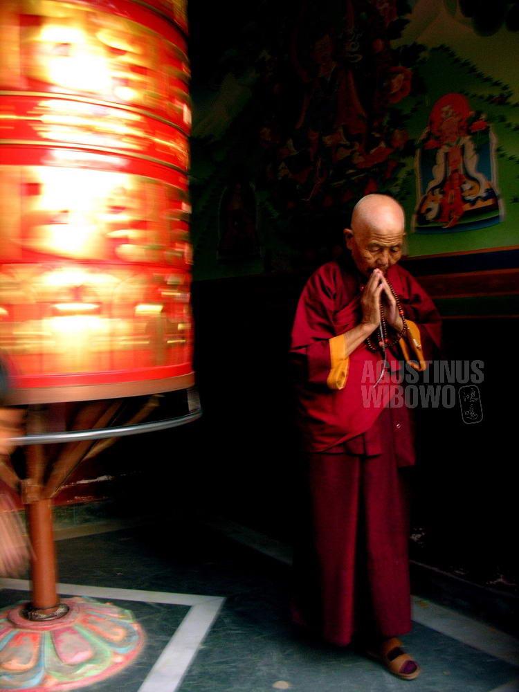 nepal-2005-kathmandu-boudhanath-tibetan-monk-prayer-wheel