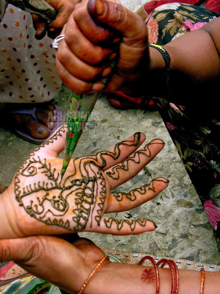 nepal-2005-kathmandu-hand-henna-decoration-vertical