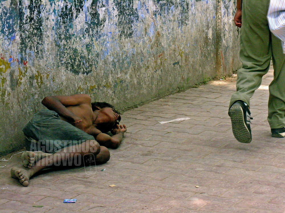 nepal-2005-kathmandu-homeless-boy-beggar-street