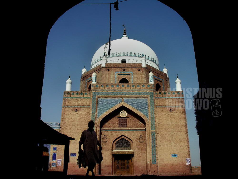 pakistan-2006-multan-man-pilgrim-holy-shrine-silhouette
