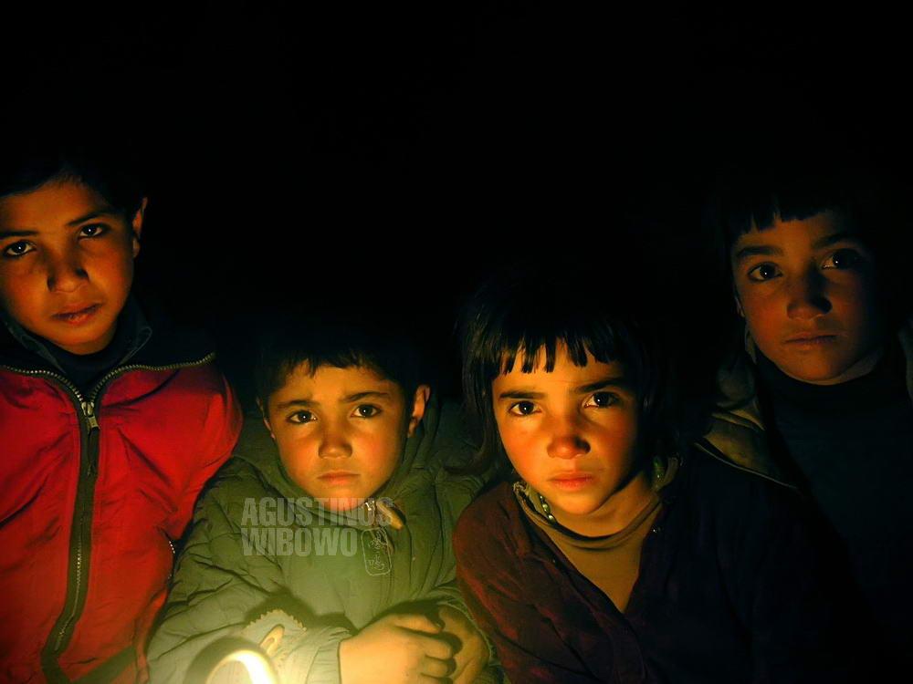 pakistan-2006-northern-areas-chapursan-darkness-children