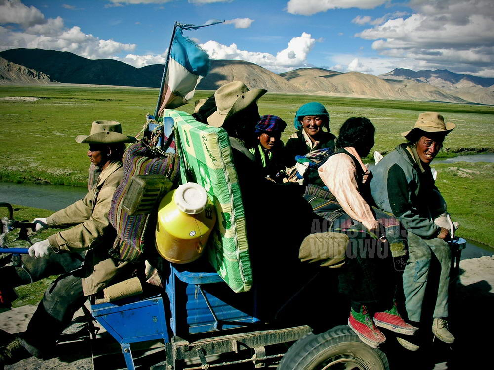 tibet-2005-friendship-highway-family-moving-out