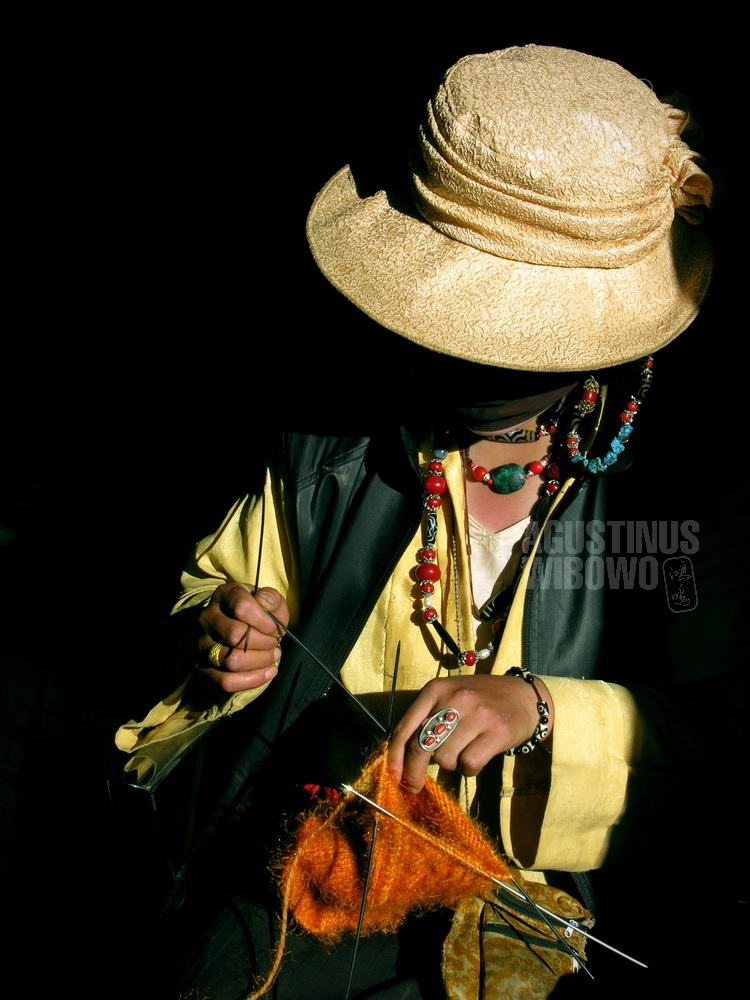 tibet-2005-kailash-pilgrimage-woman-sewing-traditional