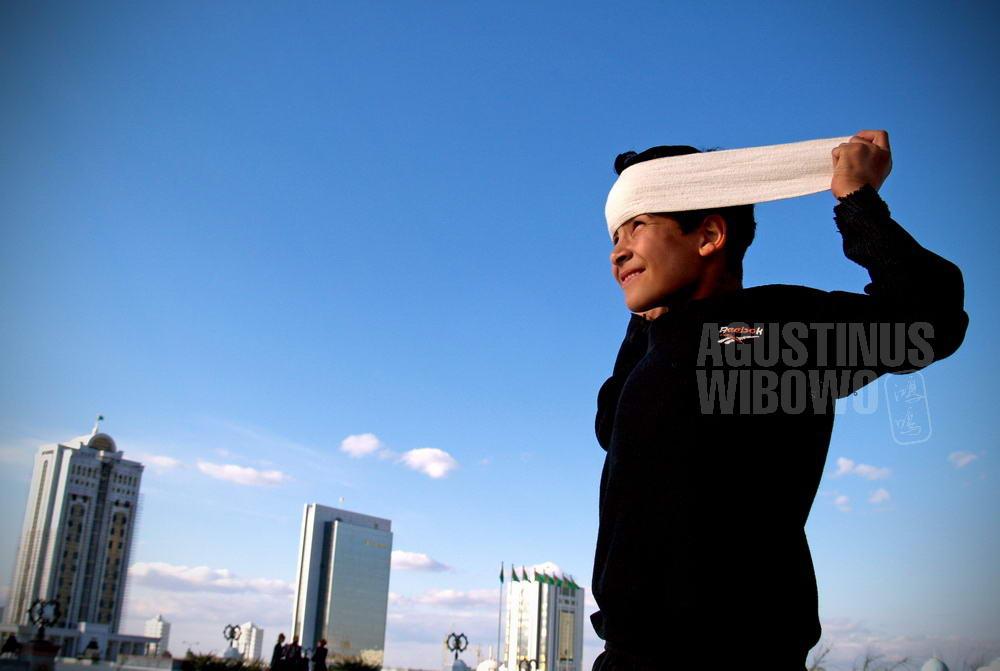turkmenistan-2007-ashgabat-boy-city-modern-skycrapper