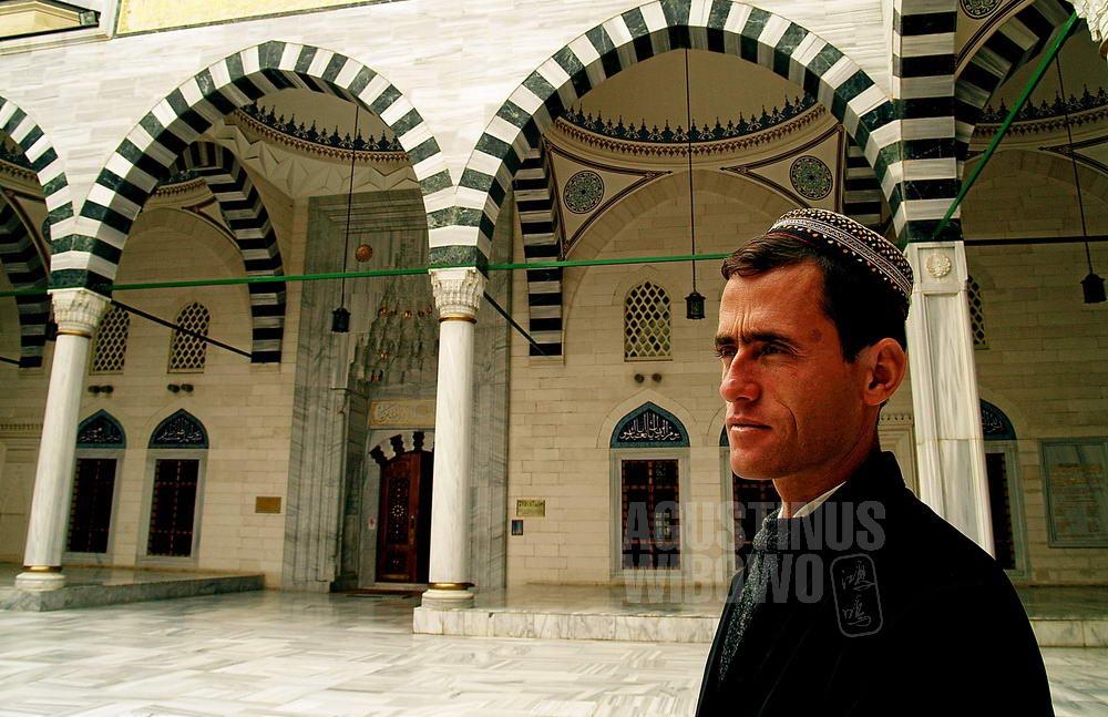 turkmenistan-2007-ashgabat-mosque-man-cap-empty