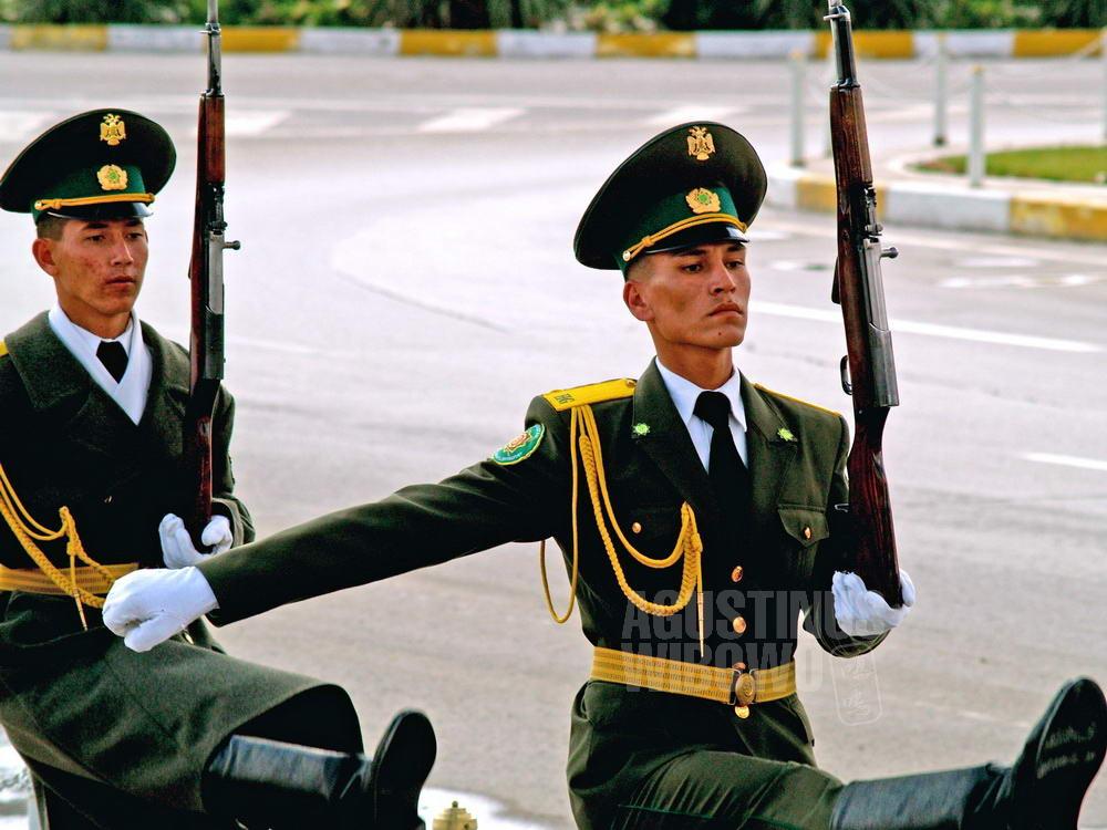 turkmenistan-2007-ashgabat-soldier-marching