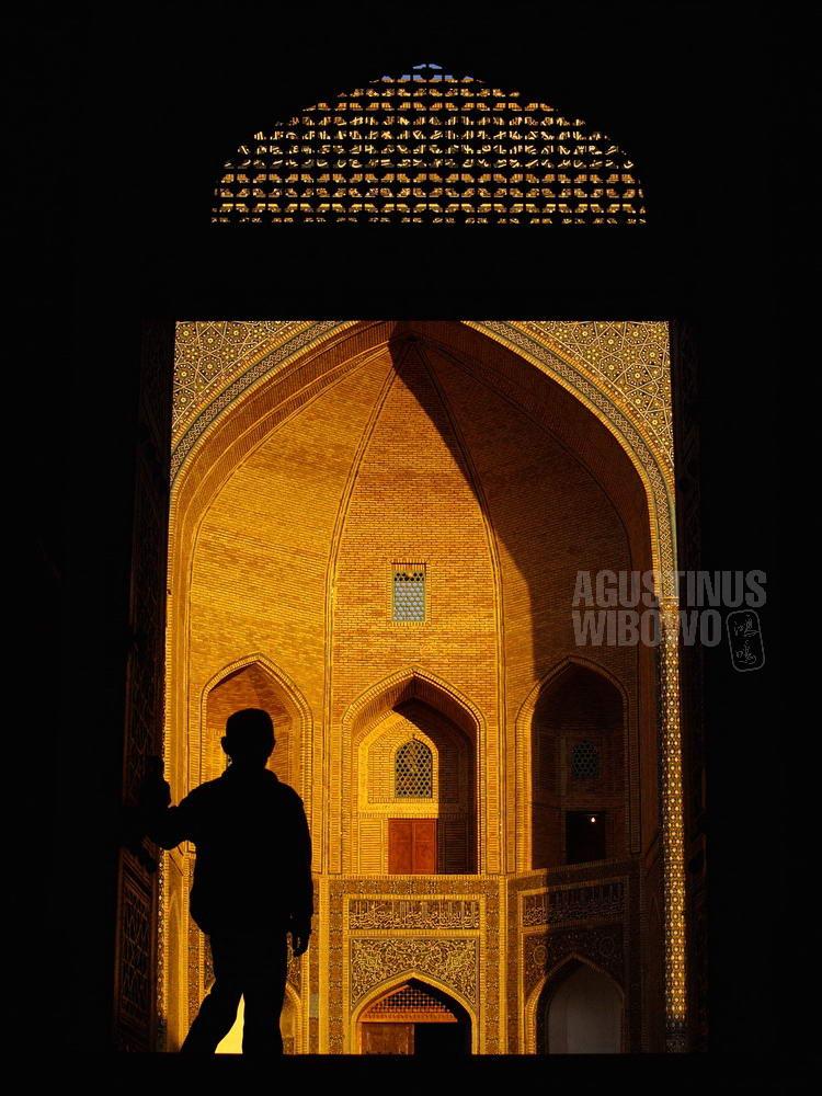 uzbekistan-2007-bukhara-boy-silhouette-madrasa