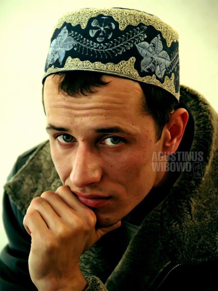 uzbekistan-2007-bukhara-man-green-eyes-cap