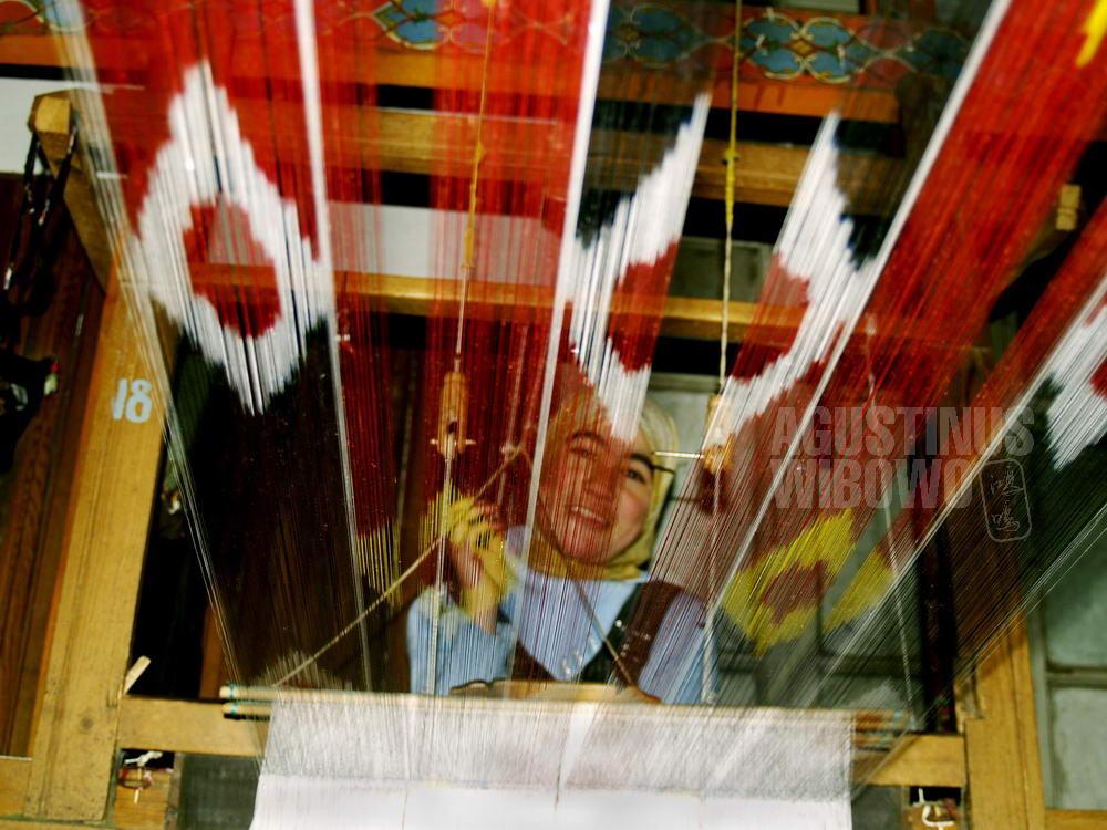 uzbekistan-2007-margilan-woman-weaving-silk-factory-machine